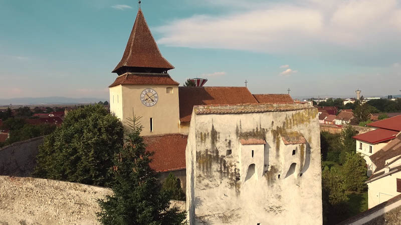 Sehnsucht nach einer unbekannten Heimat - Filmszene Weidenbach Kirchturm außen