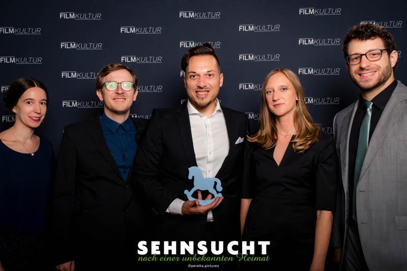 """""""Sehnsucht nach einer unbekannten Heimat"""" - Weltpremiere in der Astor Film Lounge im ARRI München - Das Filmteam auf dem Roten Teppich"""