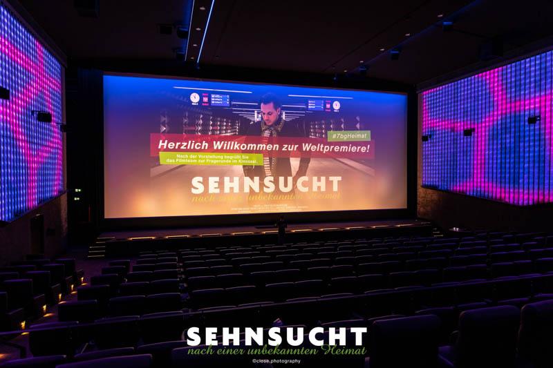 """""""Sehnsucht nach einer unbekannten Heimat"""" - Weltpremiere in der Astor Film Lounge im ARRI München - Leinwand im Kinosaal"""