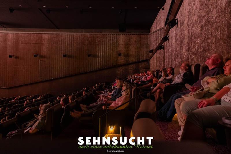 """""""Sehnsucht nach einer unbekannten Heimat"""" - Weltpremiere in der Astor Film Lounge im ARRI München - Zuschauer in der Loge des ASTOR-Saals"""
